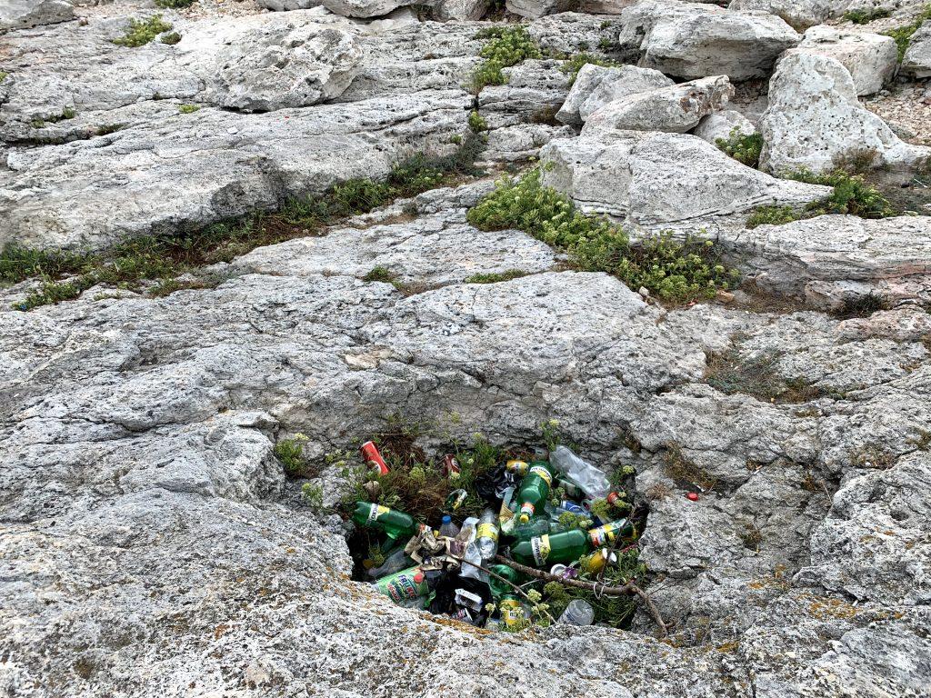 Скалите на Тюленово и боклуците по тях