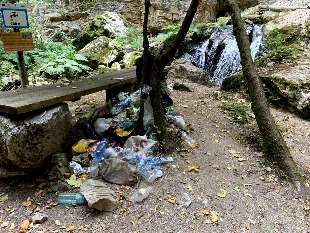 Боклуци по Дяволската екопътека в Родопите
