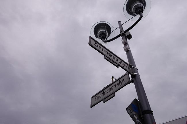 """Ъгълът на """"Фридрихщрасе"""" и """"Цимърщрасе"""", където е бил чекпойнт Чарли"""